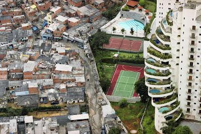 SÃO PAULO, SP, BRASIL, 20-01-2004: SP 450 Anos: vista do bairro do Morumbi, em São Paulo (SP), mostra prédio de apartamentos de luxo que faz divisa com a favela de Paraisópolis. Esta foto faz parte da Coleção Pirelli/Masp. (Foto: Tuca Vieira/Folhapress. Negativo SP00861-2004)