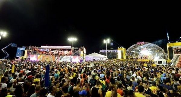 """Fora, Temer"" interrompe fluxo de trios no carnaval da Bahia"